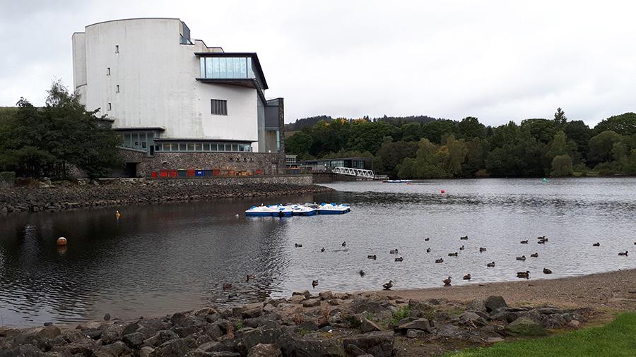האגם ומרכז המבקרים