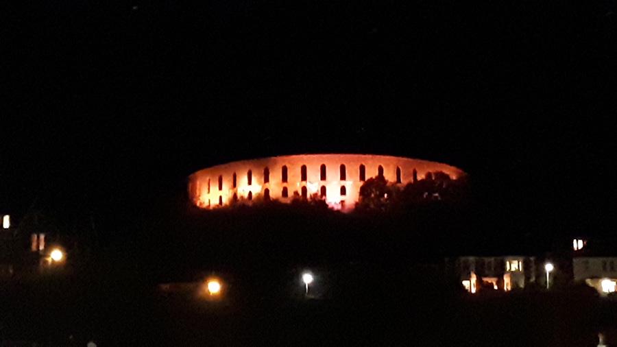 המגדל של אובן מואר בשעות הלילה
