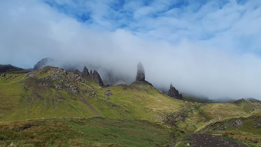 הסלעים בערפל