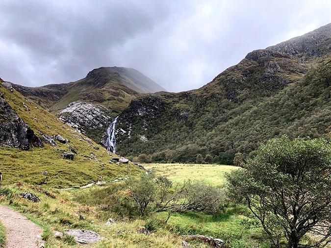 העמק - והמפלים ברקע
